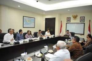 Wapres Jusuf Kalla memimpin rapat pembangunan PLTU Batang dan PLTA Asahan, di kantor Wapres, Jakarta, Kamis (4/6)