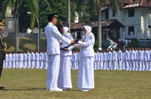Presiden Jokowi melantik lulusan terbaik IPDN, di Jatinangor, Sumedang, Jabar, Senin (15/6) pagi