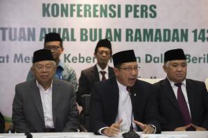 Menteri Agama didampingi KH Din Syamsudin dan KH Makruf Amin menyampaikan hasil sidang itsbat awal Ramadlan, di Kemenag, Jakarta, Selasa (16/6) malam