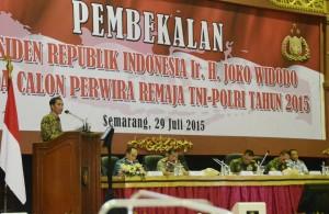 Presiden Jokowi menyampaikan pembekalan kepada para perwira remaja TI-Polri 2015, di Akpol Semarang, Jateng, Rabu (29/7) malam