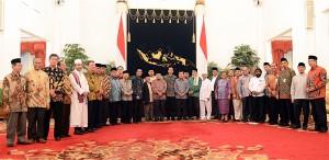 Presiden Jokowi dan Wapres Jusuf Kalla berfoto bersama tokoh agama seusai silaturahmi, di Istana Negara, Jakarta, Kamis (23/7)