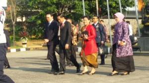 Presiden Jokowi didampingi Ibu Negara Iriana dilepas Gubernur DKI Basuki Tjahaja Purnama berkunjung ke Singapura, di Bandara Halim PK, Jakarta, Selasa (28/7)