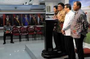 Mendagri Tjahjo Kumolo didampingi Menkumham dan Ketua KPU menyampaikan hasil rapat terbatas tentang Pilkada, di kantor Kepresidenan, Jakarta, Kamis (23/7) sore