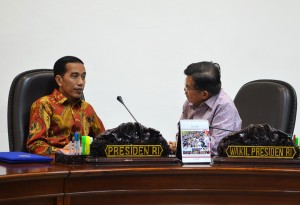 Presiden Jokowi dan Wapres Jusuf Kalla terlibat diskusi sebelum Ratas pembangunan pelabuhan di Entikong, di kantor Presiden, Jakarta, Selasa (7/7)