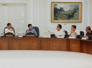 Presiden Jokowi didamping Wapres Jusuf Kalla saat memimpin Sidang Kabinet Paripurna, di kantor Presiden, Jakarta, Senin (6/7)