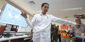 Presiden Jokowi saat meninjau proses 'dwelling time' di Pelabuhan Tanjung Priok, Jakarta, Rabu (17/6) lalu