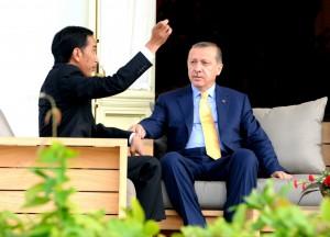 Presiden Jokowi berbincang santai dengan Presiden Turki Recep Tayyip Erdogan, di Istana Merdeka, Jakarta, Jumat (31/7)