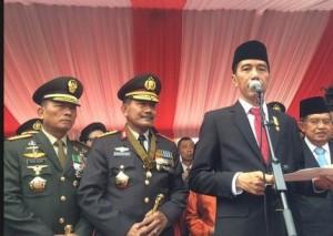 Presiden Jokowi didampingi Wapres, Kapolri, dan Panglima TNI memberi keterangan pers seusai memimpin upacara peringatan HUT Bhayangkara, di Mako Brimob, Depok, Rabu (1/7)