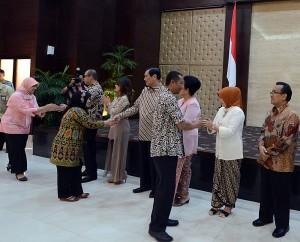 Seskab Andi Wijayanto, Kepala Staf Presiden Luhut B. Pandjaitan, dan Mensesneg Pratikno bersama istri masing-masing pada Halal Bihalal di Gedung III Kemensetneg, Jakarta, Rabu (22/7)