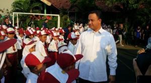 Mendikbud Anies Baswedan saat mengunjungi hari pertama masuk sekolah di sebuah SD, di Jakarta, Senin (27/7)