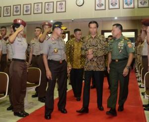 Presiden Jokowi didampingi Panglima TNI dan Kapolri saat memasuki ruang auditorium Akpol, Semarang, Jateng, Rabu (29/7) malam.