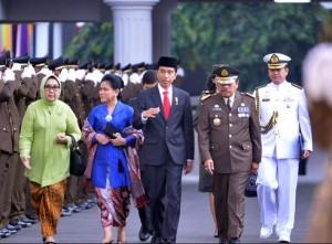 Presiden Jokowi beserta Ibu Negara Iriana disambut Jaksa Agung Prasetyo saat menghadiri Upacara Hari Bhakti Adhiyaksa ke-55, di Kejaksaan Agung, Jakarta, Rabu (22/7)