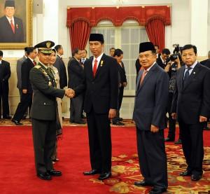 Presiden Jokowi memberikan ucapan selama kepada Letjen Mulyono yang telah dilantiknya menjadi KSAD, di Istana Negara, Jakarta, Rabu (15/7)