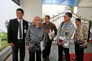 Deputi KSP Yanuar Nugroho (tengah) bersama sejawatnya dar KSP, di Istana Kepresidenan, Jakarta, beberapa waktu lalu