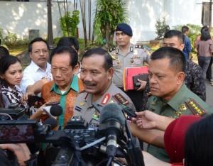 Kapolri Jenderal Badrodin Haiti didampingi Panglima TNI dan Kepala BIN menjawab wartawan di kantor Presiden, Jakarta, Kamis (23/7)