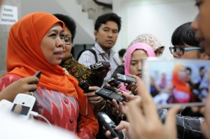 Mensos Khofifah Indar Parawansa menjawab wartawan soal pengalihan Bansos untuk subsidi bunga KUR, di kantor Kepresidenan, Jakarta, Selasa (7/7)