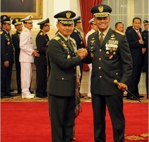 Panglima TNI Jenderal Gatot Nurmantyo memberikan salam komando kepada KSAD Letjen Mulyono, di Istana Negara, Jakarta, Kamis (15/7)