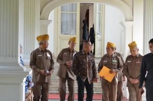 Menteri Pertahanan Ryamirzad Ryacudu bersama pengurus LVRI seusai diterima Presiden Jokowi, di Istana Merdeka, Jakarta, Kamis (15/7)