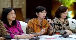 Ketua Pansel KPK Destry Damayanti didampingi anggota panitia yang lain mengumumkan nama-nama calon lolos administrasi, di Gedung Kemensetneg, Jakarta, Sabtu (4/7)