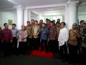 Wapres Jusuf Kalla didampingi pimpinan parpol, KPU, dan DKPP menyampaikan keterangan pers seusai bertemu di kediamannya, Jakarta, Senin (13/7) malam