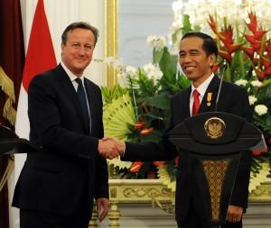 Presiden Jokowi dan PM Inggris David Cameron dalam pernyataan pers bersama, di Istana Merdeka, Jakarta, Senin (27/7)