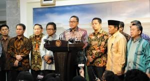 Ketua MPR Zulkifli Hasan didampingi pimpinan MPR lainnya menyampaikan keterangan pers seusai diterima Presiden Jokowi, di kantor Presiden, Jakarta, Jumat (3/7)