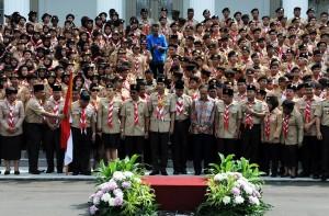 Presiden Jokowi berfoto bersama delegasi kontingen Pramuka Indonesia yang akan mengikuti Jambore Dunia di Jepang, di halaman Istana Merdeka, Jakarta, Jumat (24/7)