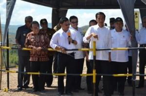 Presiden Jokowi didampingi sejumlah menteri meninjau pembanguan Bendungan Raknamo, di Kupang, NTT, Sabtu (25/7)