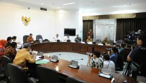 Presiden Jokowi memimpin rapat terbatas membahas bantuan sosial untuk UMKM, di kantor Presiden, Jakarta, Selasa (7/7) siang