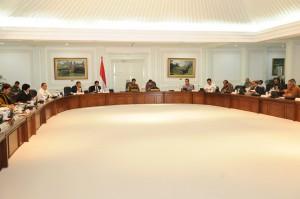 Presiden Jokowi didampingi Wapres Jusuf Kalla memimpin rapat terbatas yang membahas masalah kekeringan di sejumlah daerah, di kantor Presiden, Jakarta, Jumat (31/7)