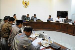 Presiden Jokowi didampingi Wapres Jusuf Kalla memimpin rapat terbatas membahas Pilkada serentak, di kantor Presiden, Jakarta, Kamis (23/7) siang