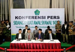 Menteri Agama Lukman Hakim Saifuddin didampingi Ketua MUI Dien Syamsudin menyampaikan hasil sidang itsbat 1 Syawwal 1436 H, di kantor Kementerian Agama, Jakarta, Kamis (16/7) malam