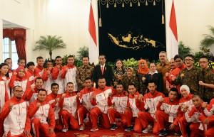Presiden Jokowi berfoto bersama atlet tuna grahita Indonesia yang akan mengikuti World Summer Games 2015, di Istana Negara, Jakarta, Kamis (15/7)