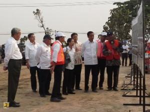 Presiden Jokowi didampingi sejumlah menteri meninjau progres pembangunan jalan tol Solo-Kertosono, di Sragen, Sabtu (25/7)