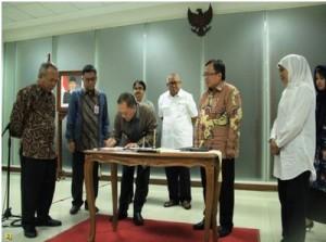Suasana penandatanganan perjanjian dana talangan Lapindo, di Jakarta, Jumat (10/7) malam