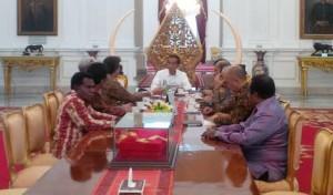 Presiden Jokowi menerima tokok masyarakat Papua, di Istana Merdeka, Jakarta, Jumat (24/7)
