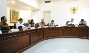 Presiden Jokowi memimpin rapat terbatas pembangunan kereta api, di kantor Presiden, Jakarta, Senin (13/7)