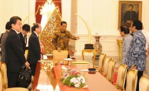 Presiden Jokowi memperkenalkan menterinya kepada Utusan Khusus PM Jepang, Hiroto Izumi, di Istana Merdeka, Jakarta, Jumat (10/7)