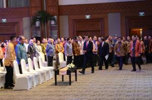 Presiden Jokowi didampingi Darmin Nasution da Agus Martowardojo saat memasuki ruang temu bisnis, di JCC Jakarta, Kamis (9/7)