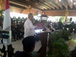 Menteri PUPR Basuki Hadimuljono menyampaikan sambuta pada pertemuan dengan warga korba lumpur Lapindo, di Sidoarjo, Selasa (14/7)