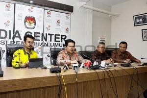 Ketua KPU Husni Kamil Manik didampingi komisioner yang lain menyampaikan perkembangan pendaftaran Pilkada serentak, di Gedung KPU, Rabu (29/7) dini hari