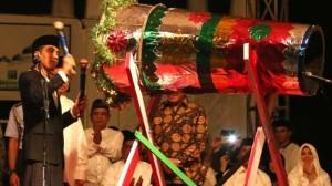 Presiden Jokowi memukul bedug tanda pelepasan peserta pawai takbir Idul Fitri 1436 H, di Masjid Baiturahman, Banda Aceh, Kamis (16/7) malam