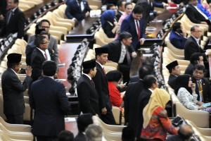 Presiden Jokowi didampingi Ketua DPR Setya Novanto memasuki ruang sidang DPR, MPR, dan DPD RI, untuk menyampaikan Keterangan Pemerintah Atas RAPBN 2016, Jumat (14/8)