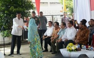 Presiden Jokowi menyerahkan kepada perwakilan warga penerima KKS, KIP, dan KIS, di SMPN4 Pontinakan, Kalbar, Sabtu (22/8) pagi