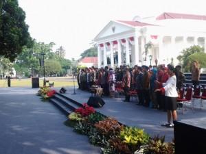 Presiden Jokowi didampingi Ibu Negara Iriana saat bersilaturahmi dengan para teladan nasional, di halaman belakang Istana Kepresidenan, Bogor, Jabar, Selasa (18/8) pagi