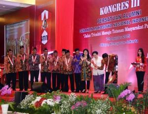 Presiden Jokowi didampingi Preside kelima RI Megawati memukul gong tanda dimulainya Kongres PA GMNI, di JIExpo Kemayoran, Jakarta, Jumat (7/8) petang
