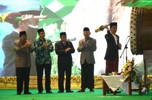Presiden Jokowi didampingi Pengurus PBNU dan Gubernur Jatim memukul bedug tanda pembukaan Muktamar ke-33 NU, di alun-alun Jombang, Jatim, Sabtu (1/8) malam