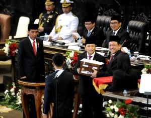 Presiden Jokowi menyerahkan RAPBN 2016 Beserta Nota Keuangannya kepada Ketua DPR dan Ketua DPD, dalam rapat paripurna DPR RI, Jakarta, Jumat (14/8)