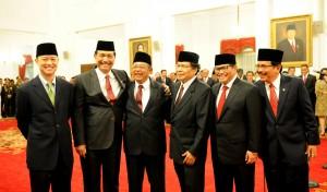 Seskab Pramono Anung bersama para menteri Kabinet Kerja yang baru dilantik Presiden Jokowi, di Istana Negara, Jakarta, Rabu (12/8)
