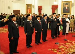 Para menteri dan Sekretaris Kabinet yang baru saat dilantik oleh Presiden Jokowi, di Istana Negara, Jakarta, Rabu (12/8)